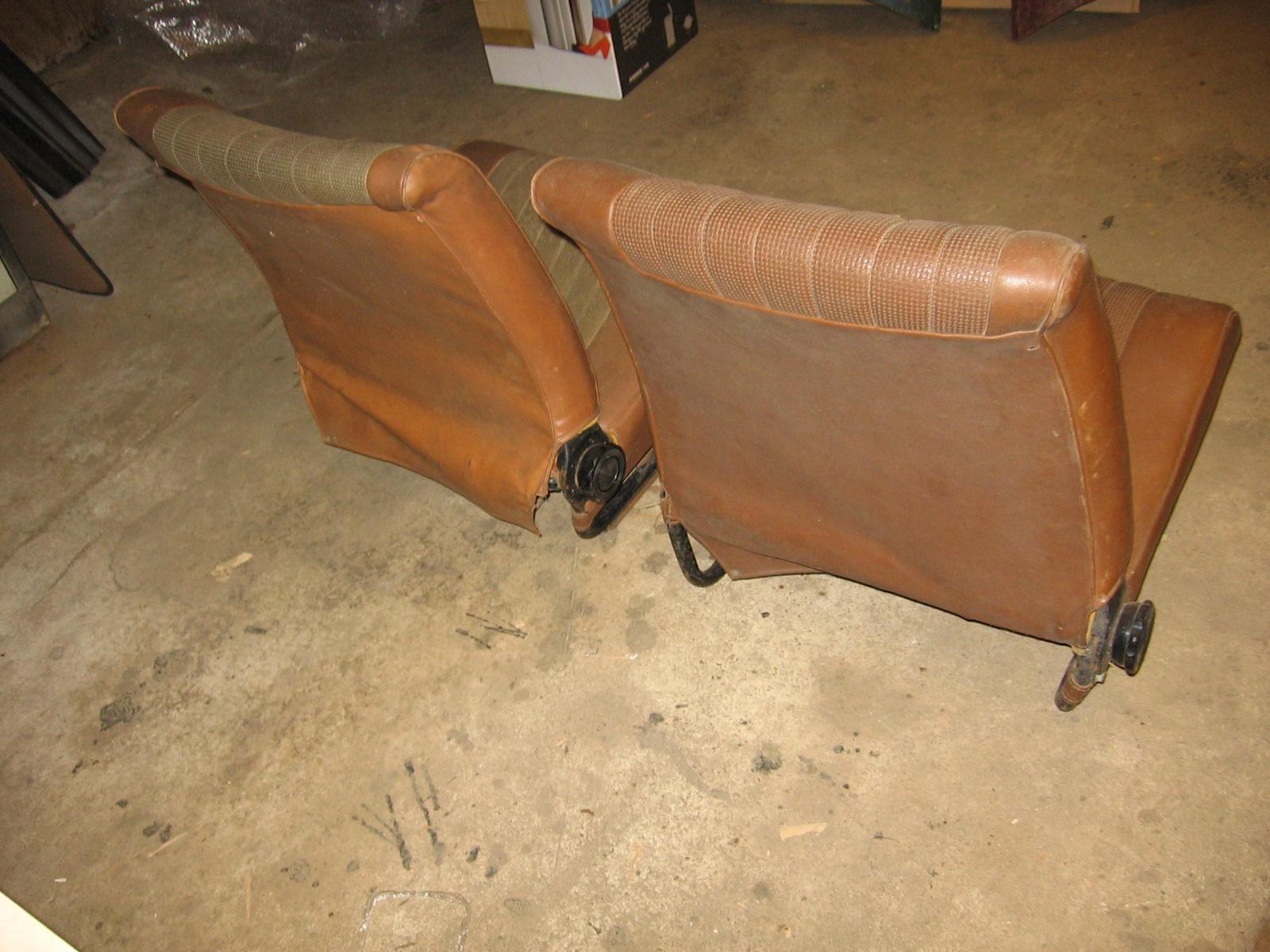 OD0478 twee verschillende voorstoelen, beide rechts, voor Ami 6 of 8, met 2 tinten bruine bekleding