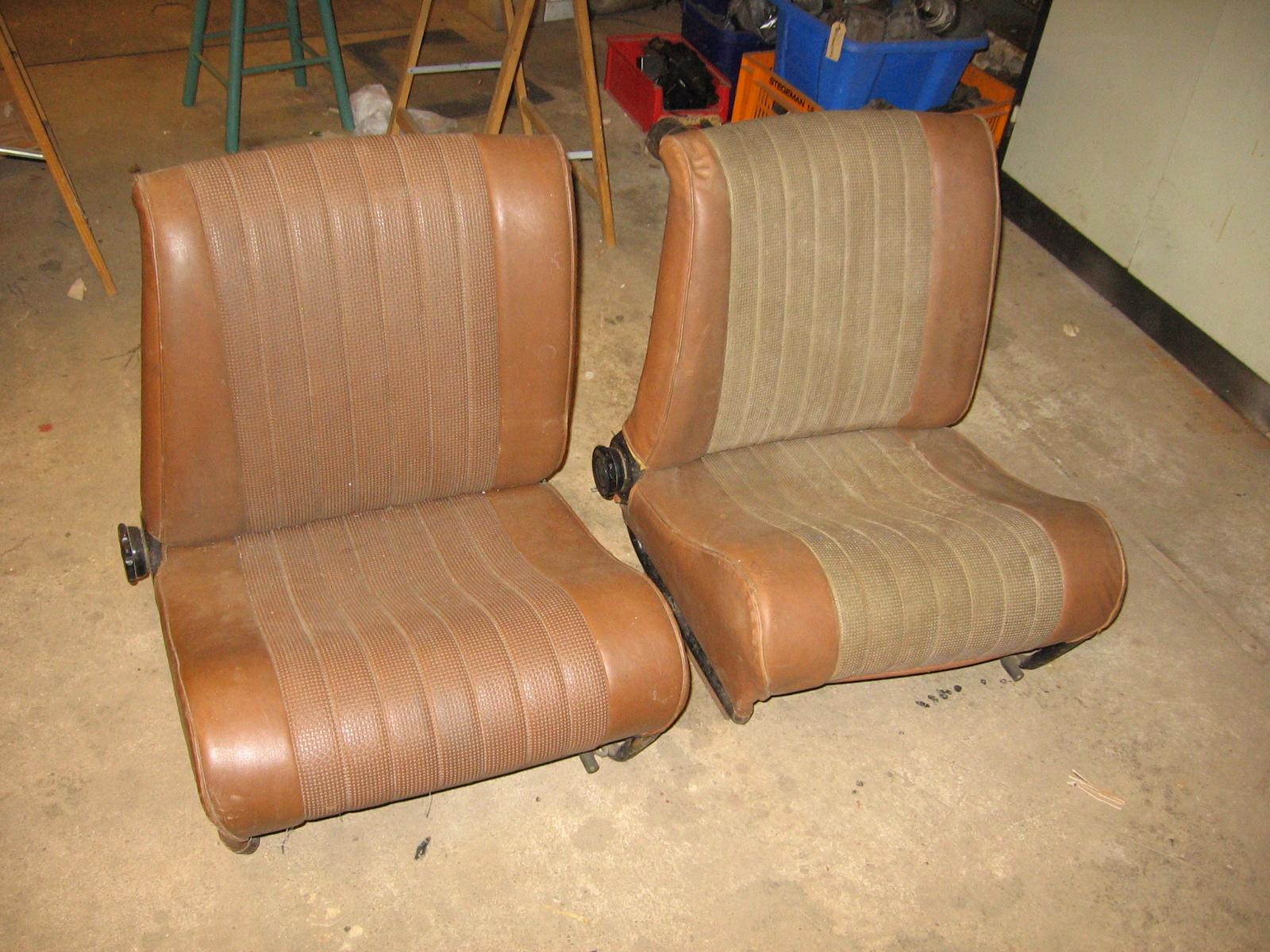 OD0479 twee verschillende voorstoelen, beide rechts, voor Ami 6 of 8, met 2 tinten bruine bekleding (idem aan OD0478)