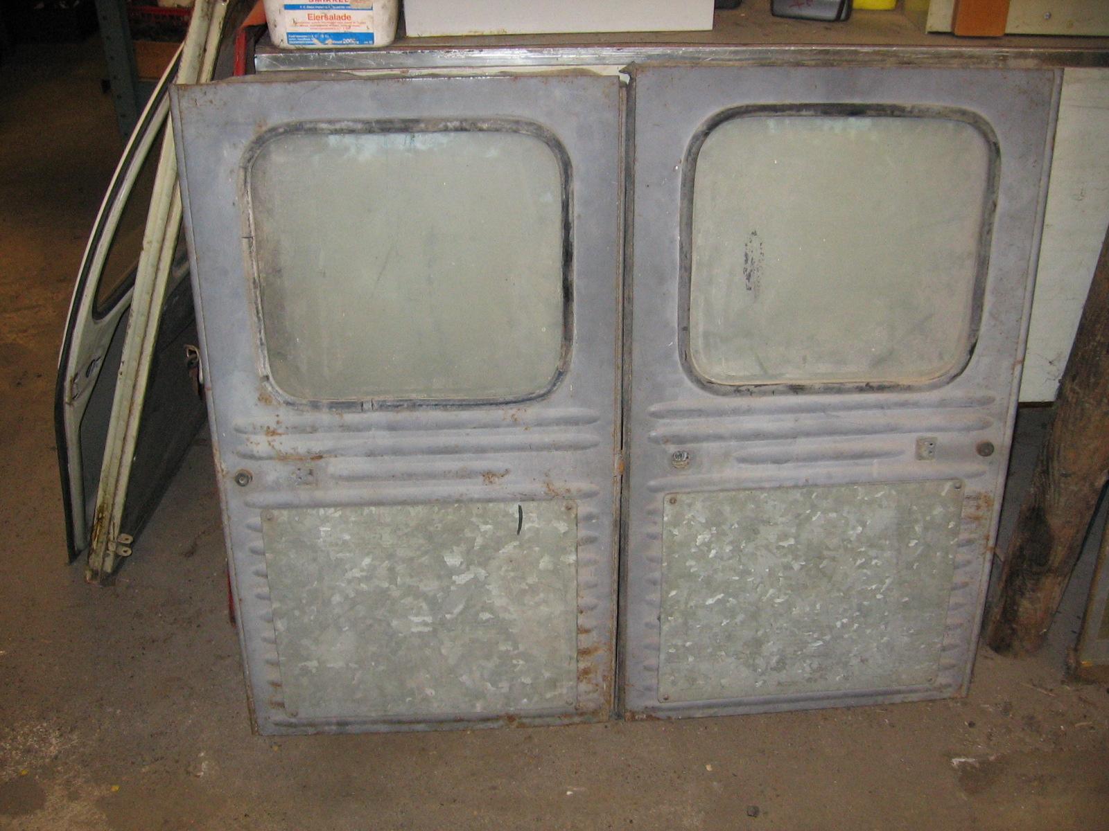 OD0484 een set achterdeuren voor de AZU besteleend, met een speciaal reclameplaatje, staat: gaaf. Wordt alleen als set verkocht. VERKOCHT