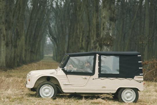Mehari 1968 voor bos (reclamefoto)