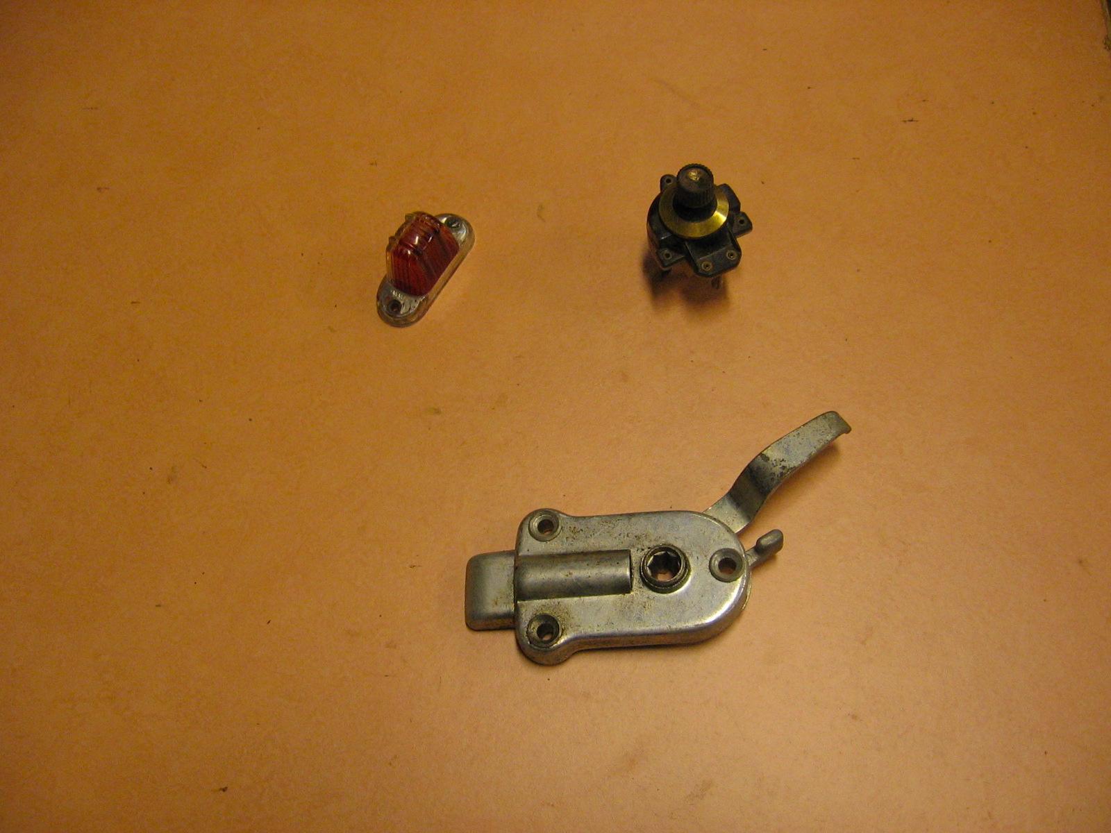 OD0429 diverse onderdelen: kapje parkeerlicht 18pk (linksboven), schakelaar Ami 6 (rechtsboven), deurslot 12pk rechtsvoor, NOS (onder)