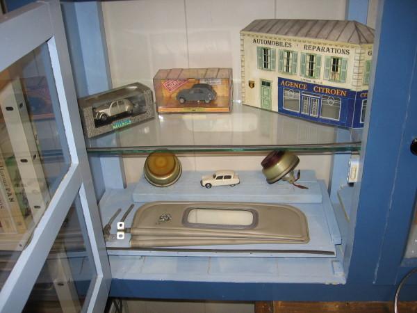 Sfeerfoto kantoor vitrinekast zonneklep etc miniatuur (toestel Jaap)